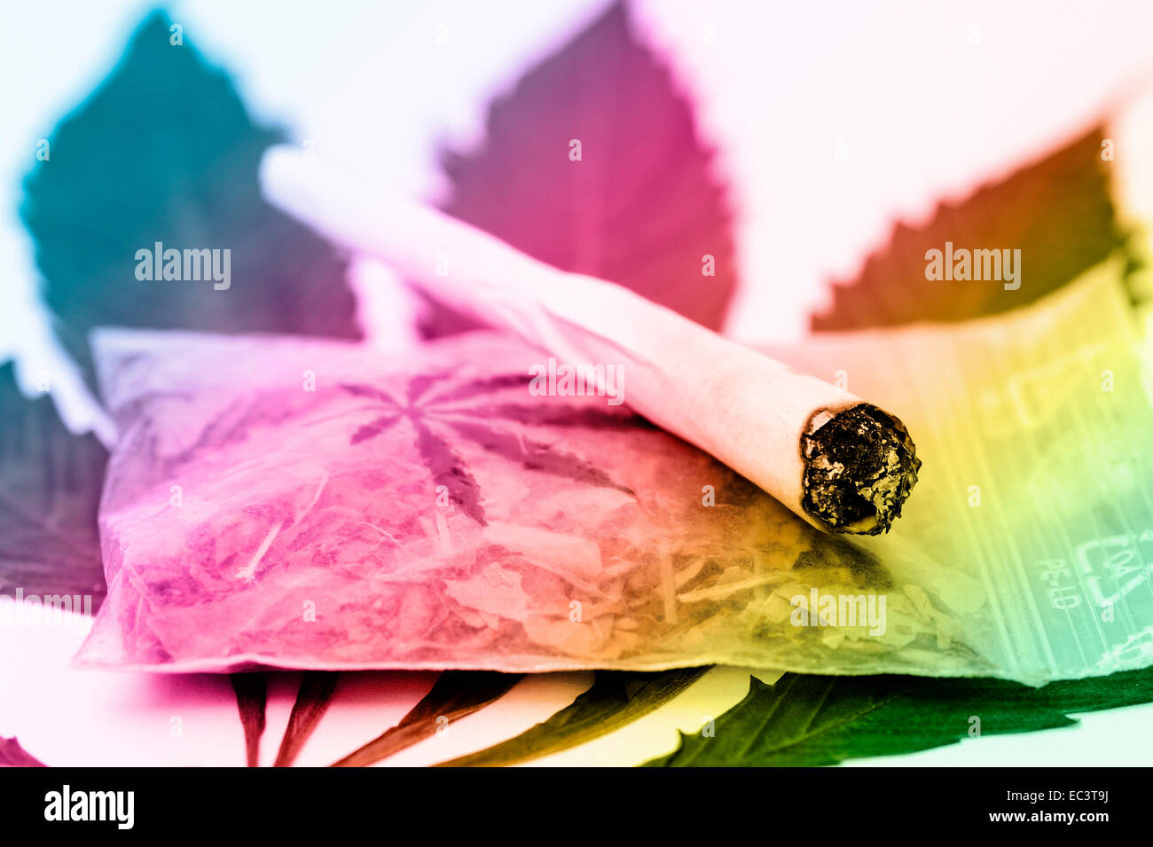 Joint on cannabis leaf - Stock Image