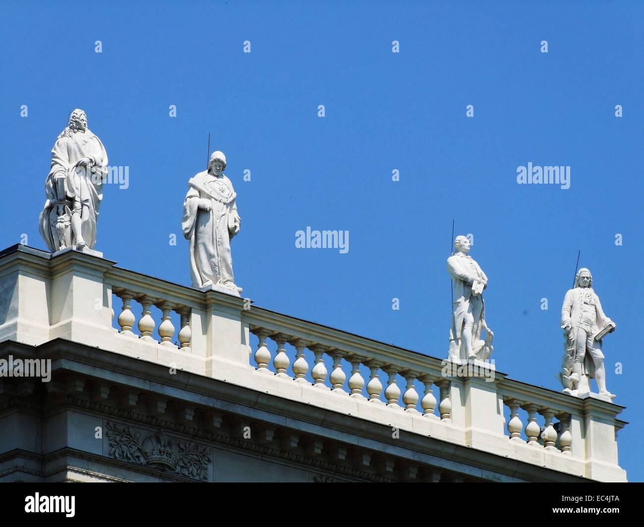 Balustrade figures on the façade of the art-historical Museum - Stock Image
