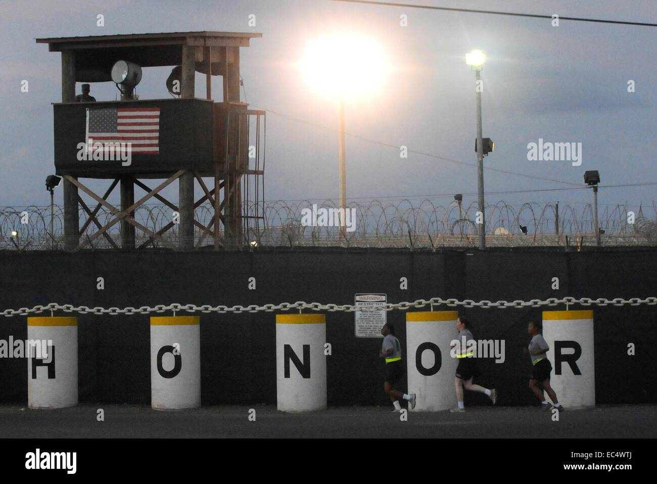 US Army military policemen run along the wall at the Joint Task Force Guantanamo where combatant detainees are kept - Stock Image