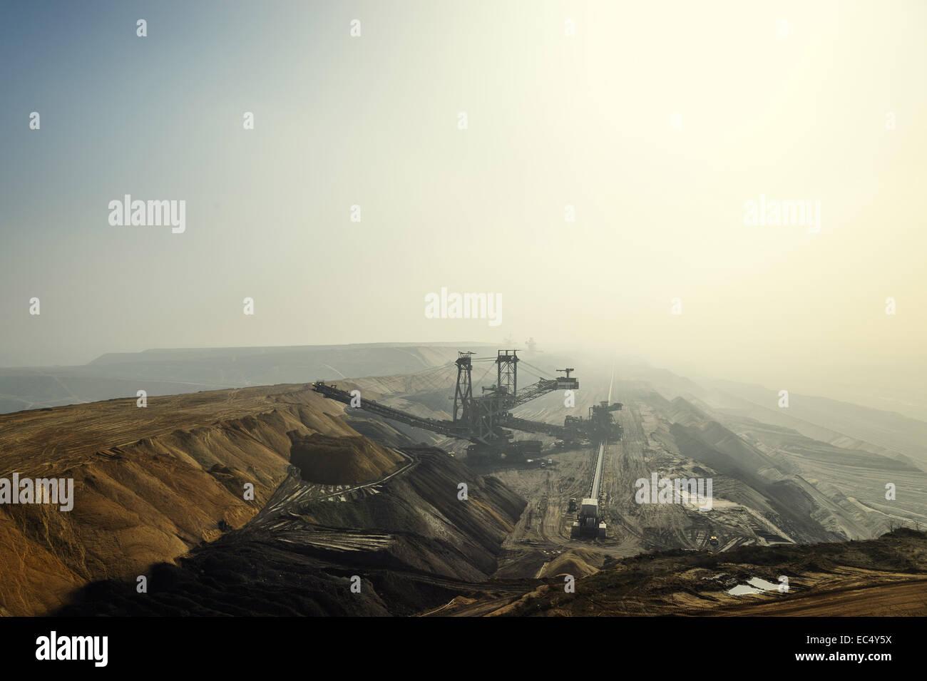 Longitudinal view of the Garzweiler mine in fog and sunshine - Stock Image