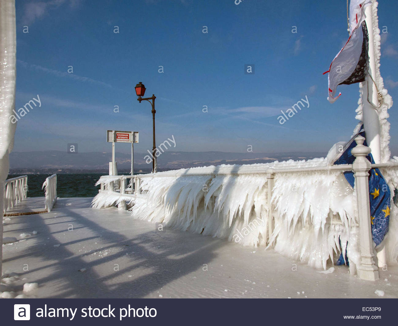 Haute-Savoie, lac Leman (Lake Geneva). Cold wind creating ice landscape, in winter. - Stock Image
