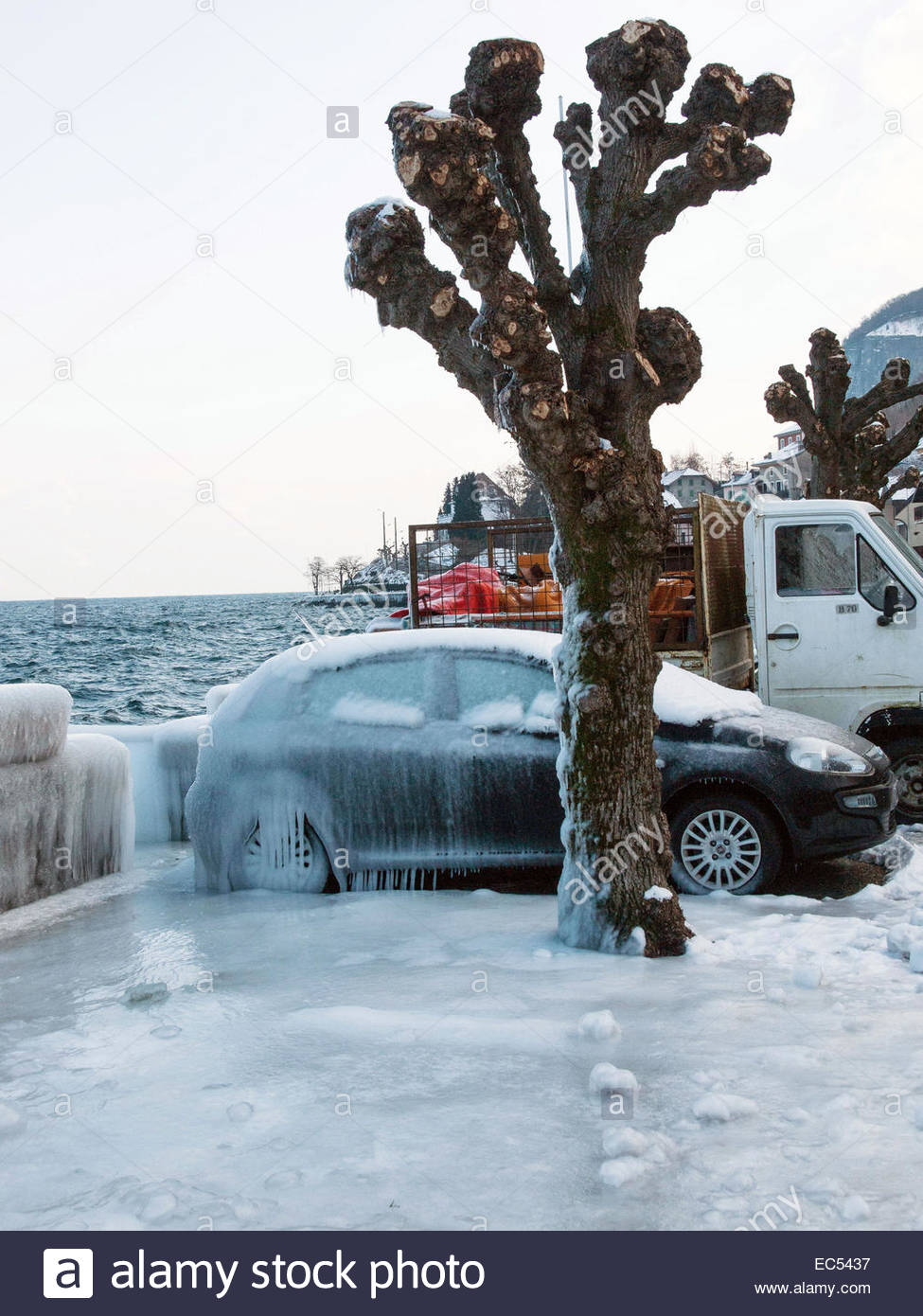 Haute-Savoie, lac Leman (Lake Geneva). Cold wind creating ice landscape, in winter. - Stock Image