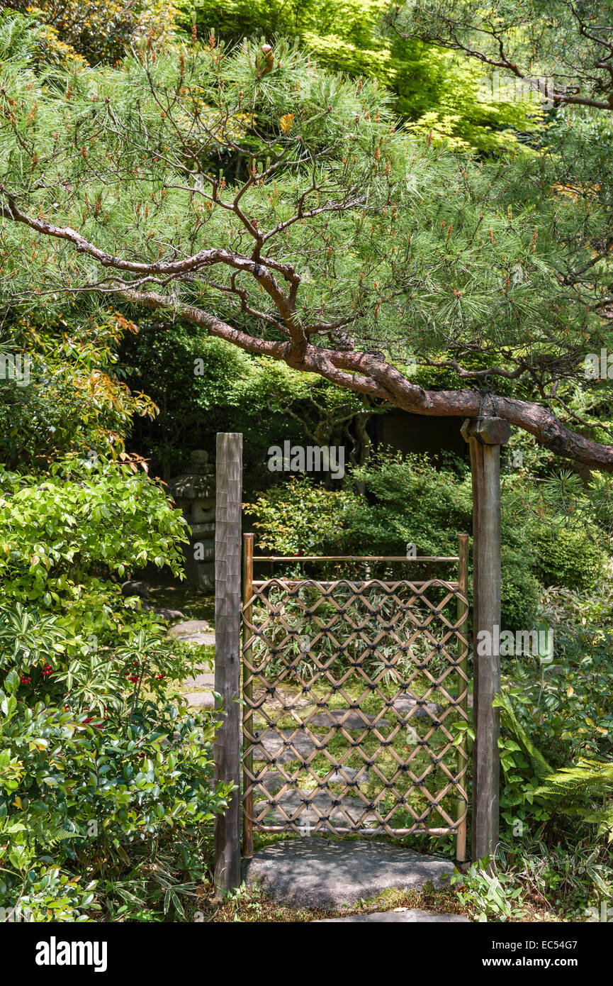 Koto-in zen temple, Daitoku-ji, Kyoto, Japan. A woven bamboo tea gate in the tea garden - Stock Image