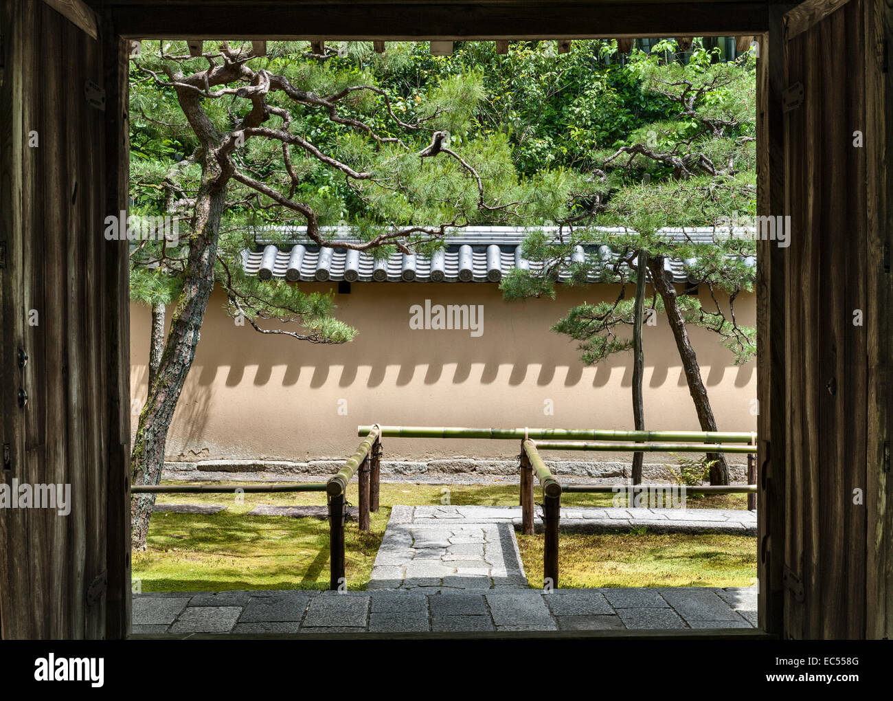 Koto-in zen temple, Daitoku-ji, Kyoto, Japan. The entrance path to the main gate Stock Photo