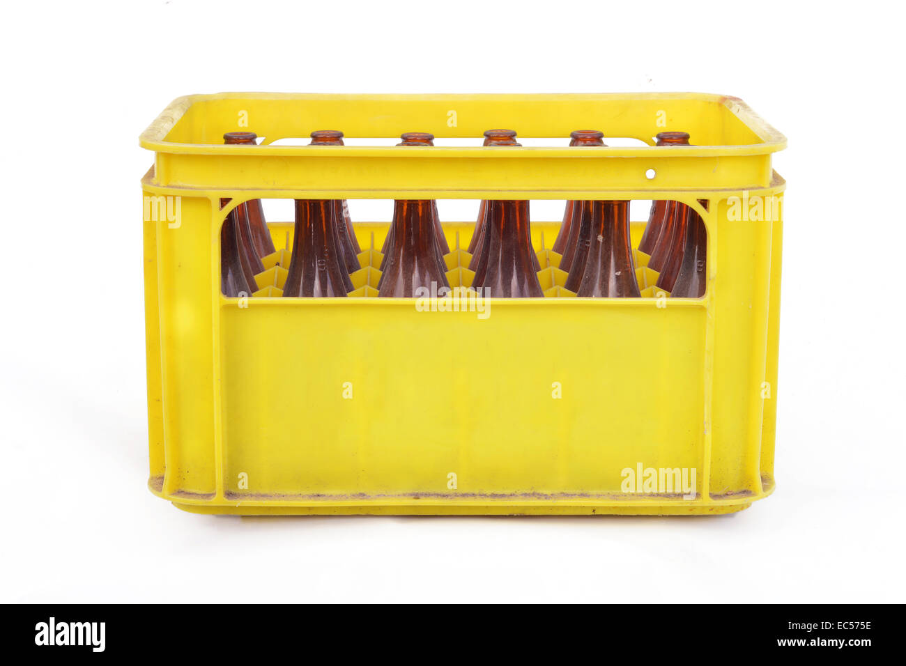 Dusty vintage yellow beer crate with empty bottles - Stock Image