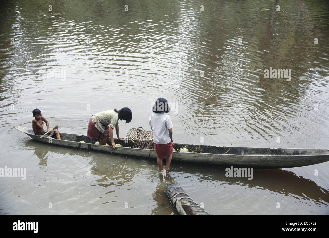 Indonesian children on way to school, Mentawai Islands - Stock Image
