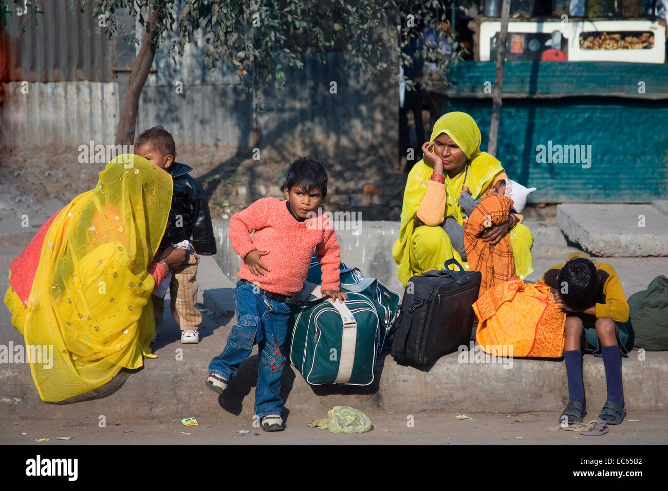 indian woman with childs on the roadside, North India, India, Asia - Stock Image