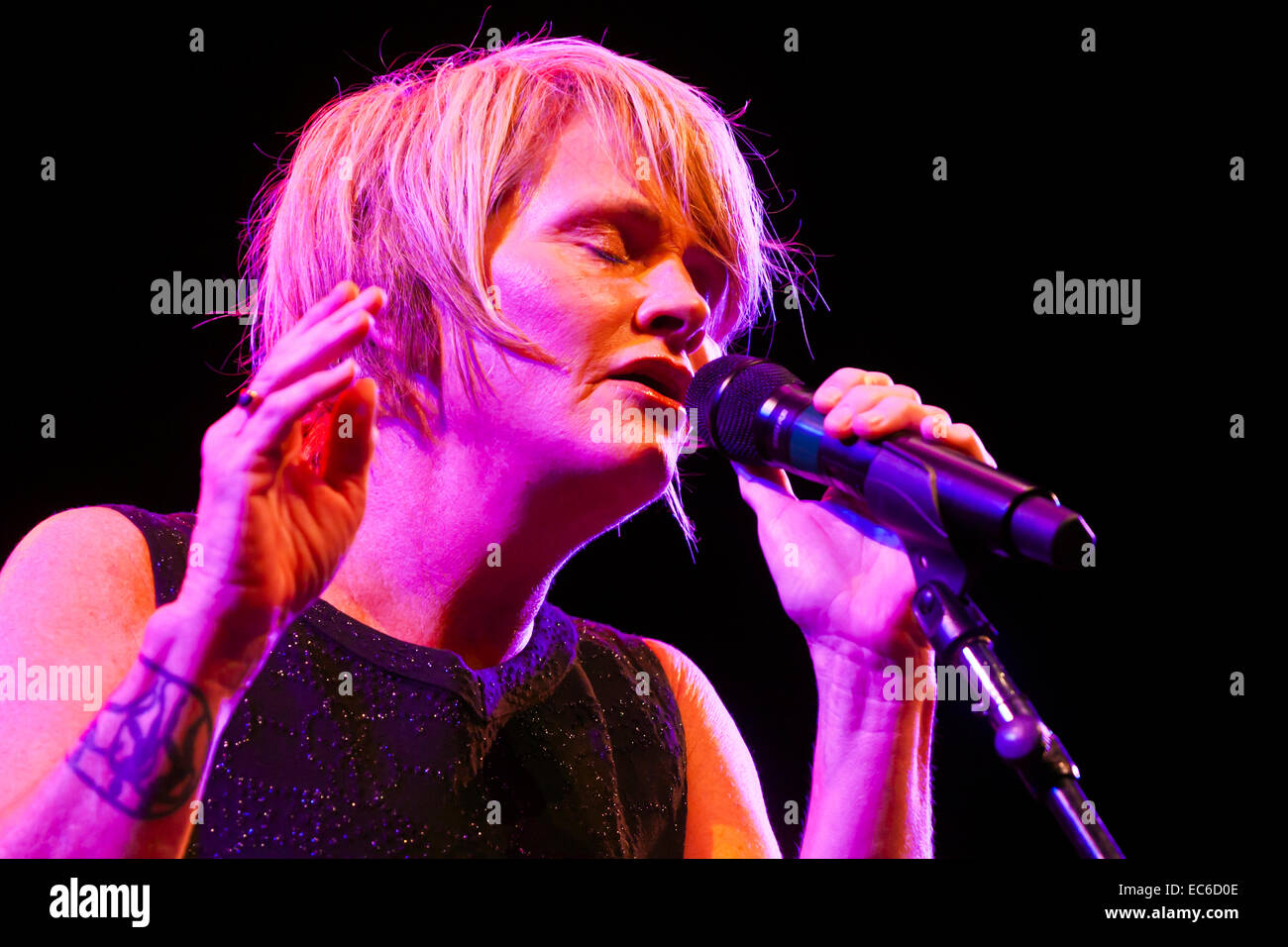 SHAWN COLVIN sings for BILLY CHILDS on the main stage of the MONTEREY JAZZ FESTIVAL - Stock Image