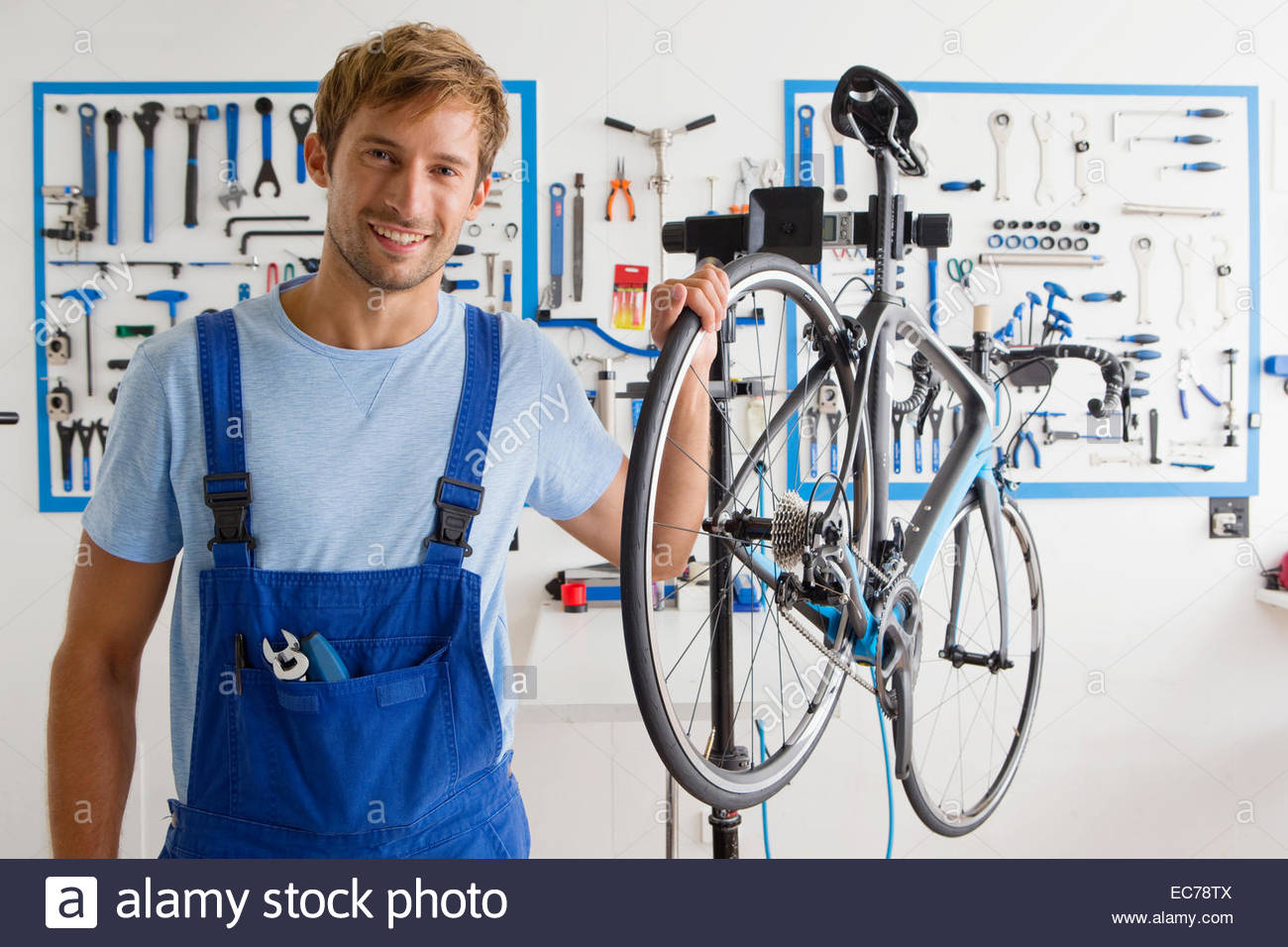 Cycle technician in workshop - Stock Image