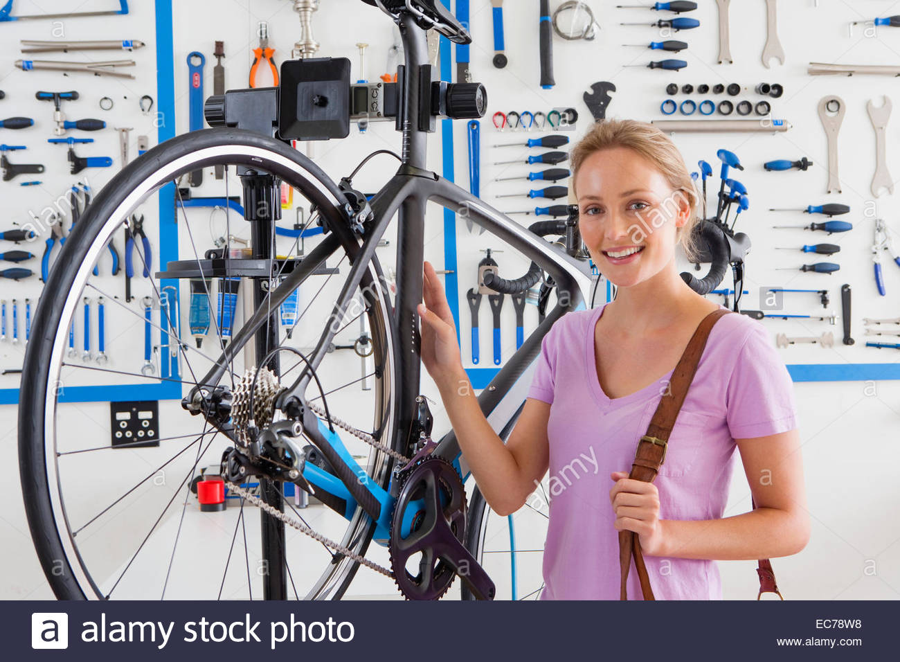 Customers with bicycle in workshop - Stock Image