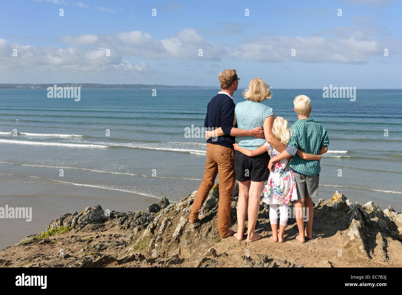 France, Bretagne, Finistere, family with two children looking together at Atlantic - Stock Image