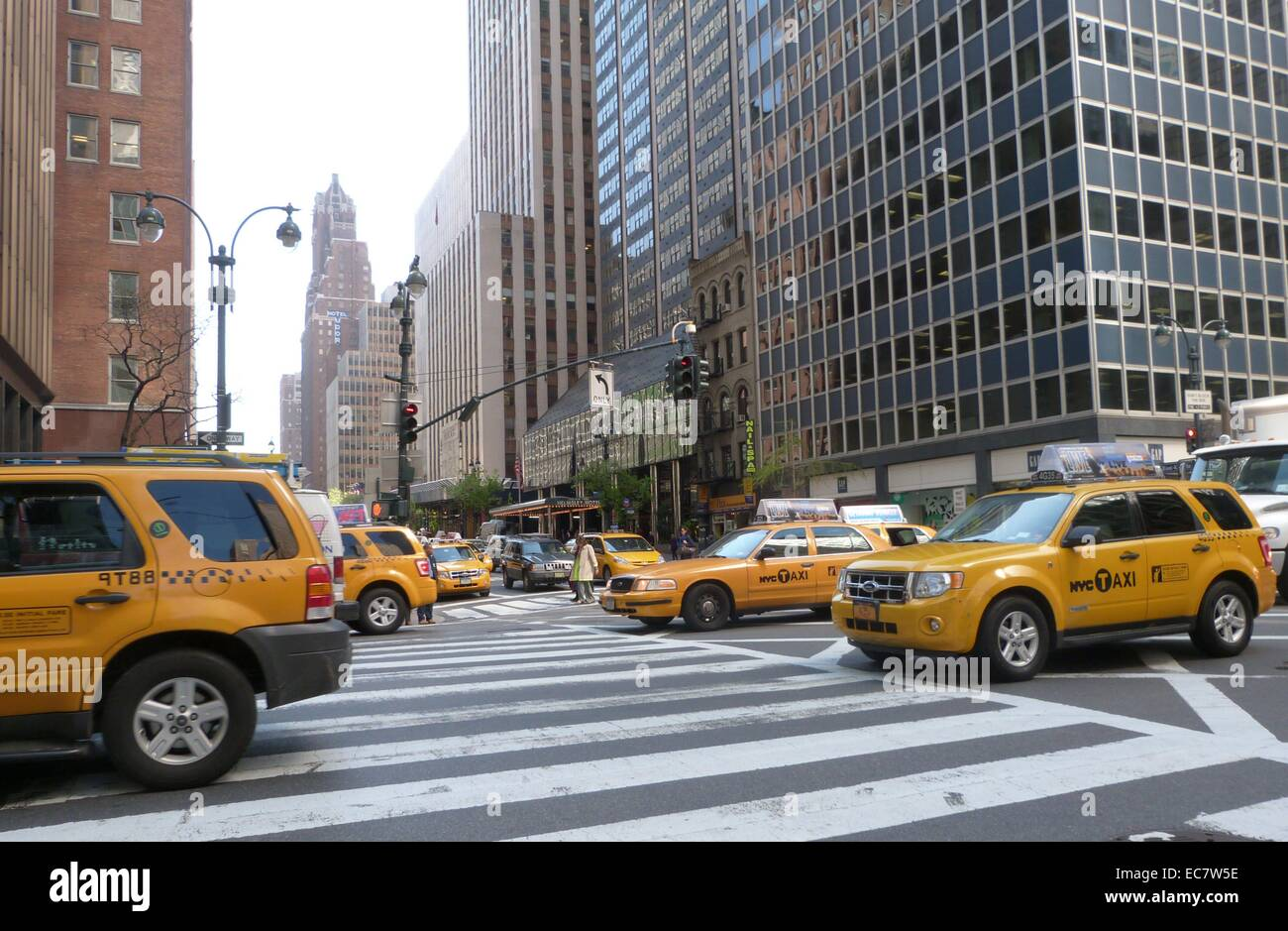 New York traffic crosses 3rd Avenue and east 42nd street. - Stock Image