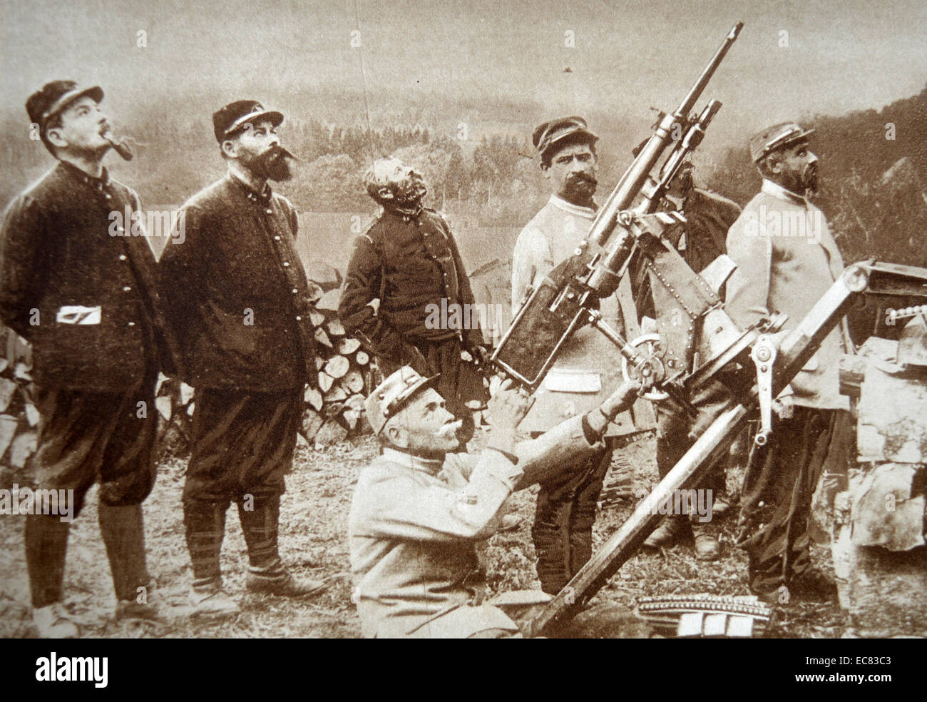 Photograph of French Anti-Aircraft Gunners within artillery position. Dated 1917 - Stock Image