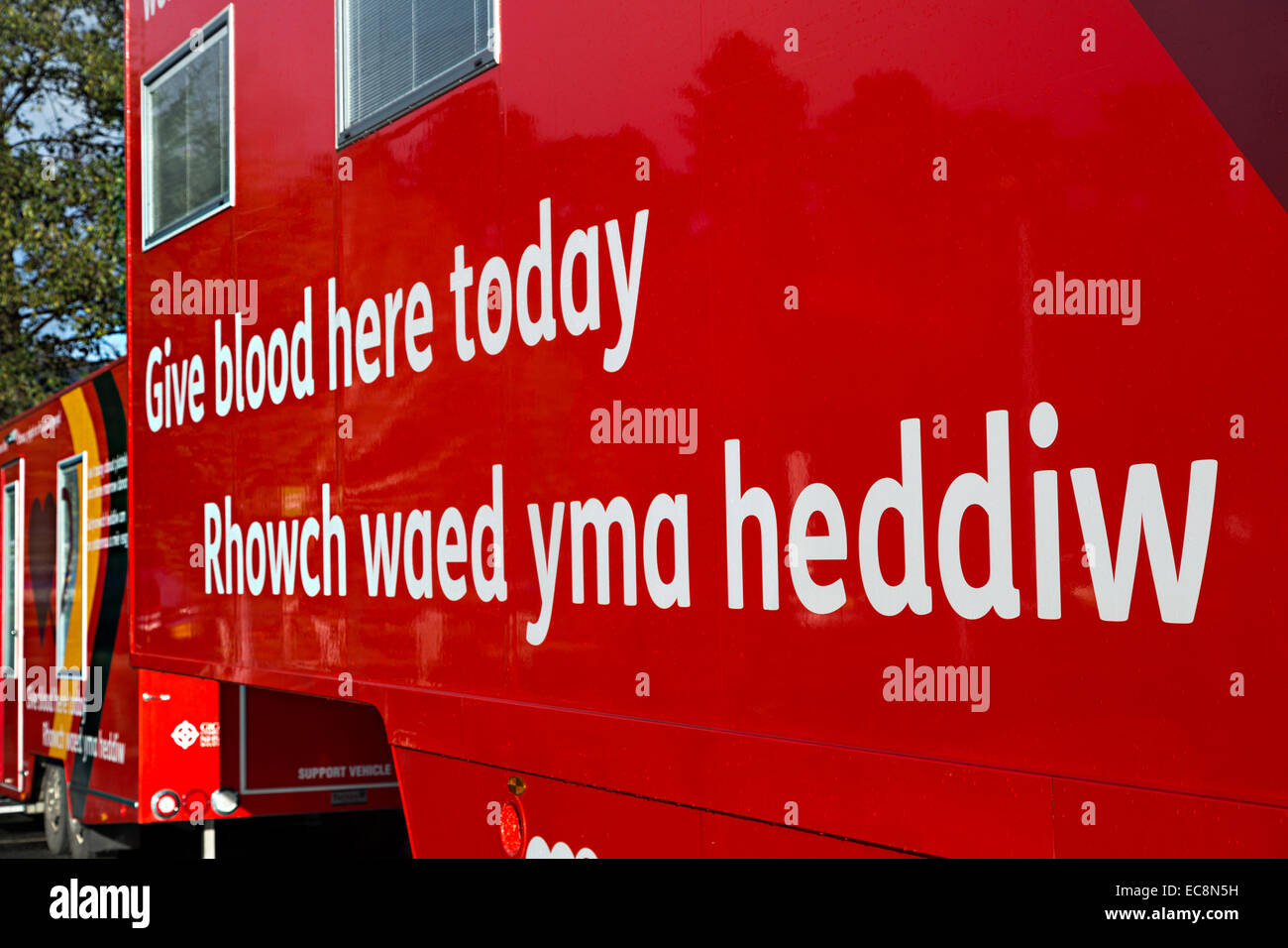 Give blood here today mobile van in English and Welsh, Abergavenny, Wales, UK - Stock Image