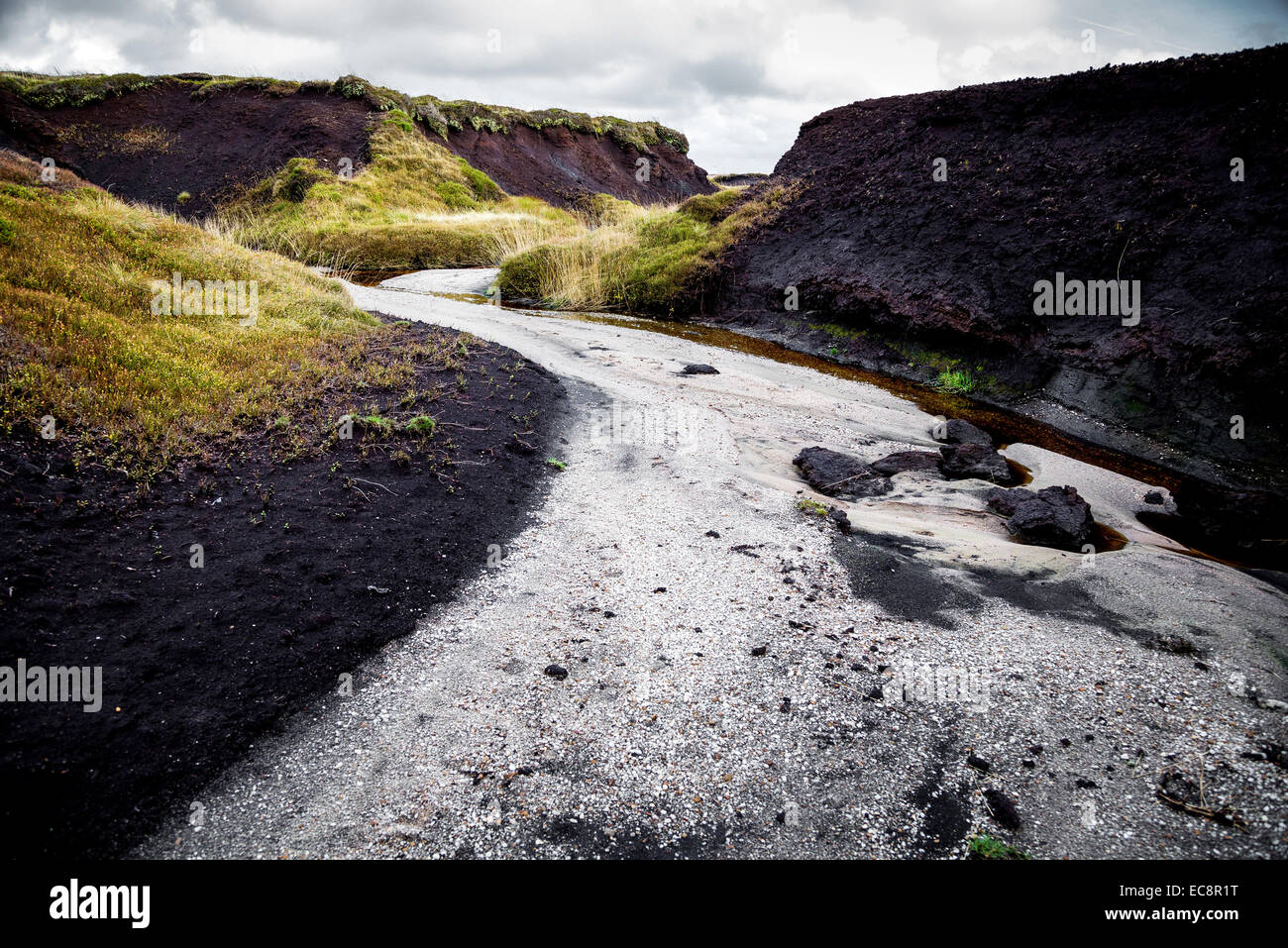 Peat haggs and groughs eroded down to the quartz rich millstone grit by river action on the Kinder plateau in Derbyshire - Stock Image