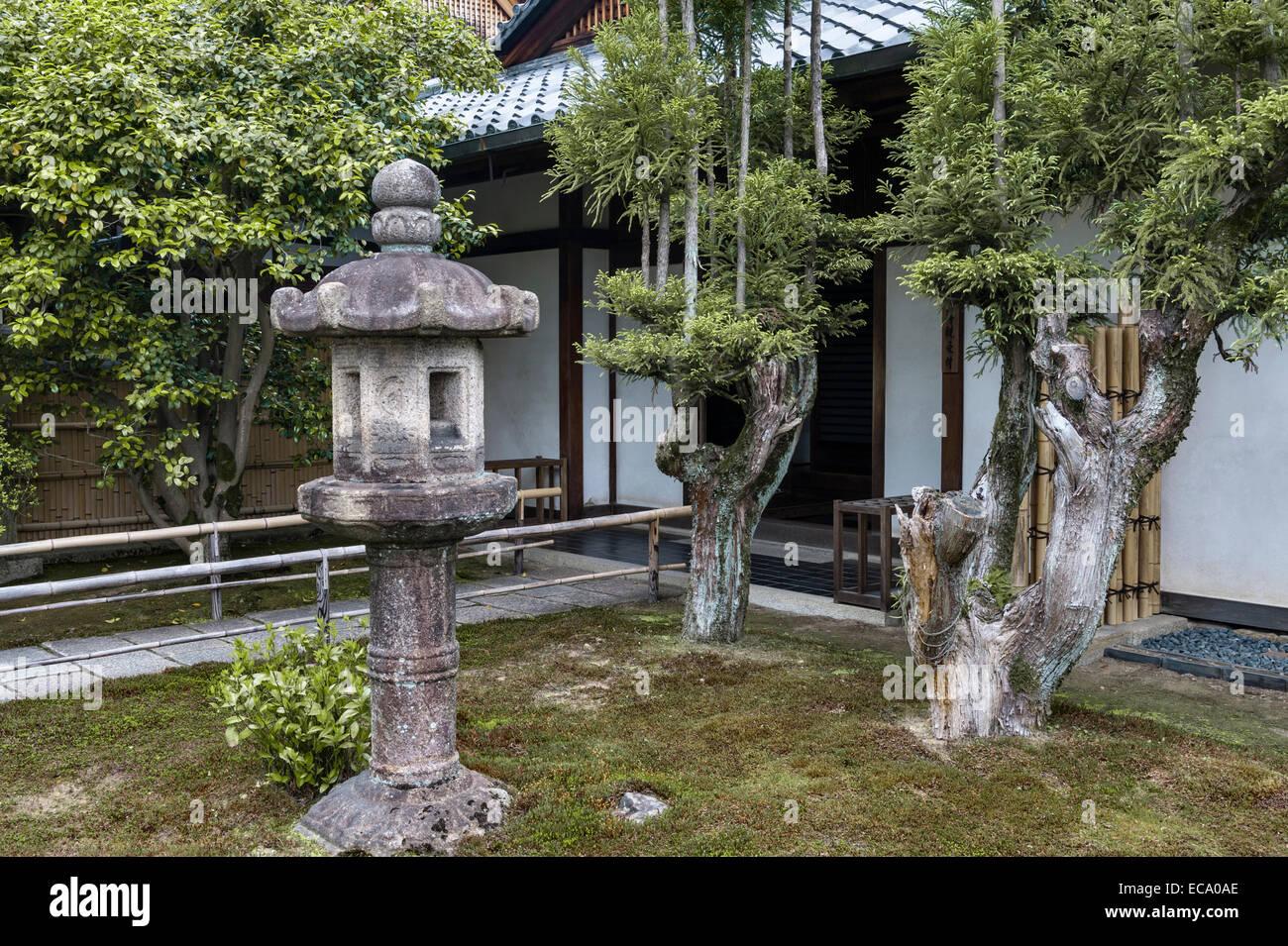 Zuiho-in zen temple, Daitoku-ji, Kyoto, Japan. A stone lantern near the entrance - Stock Image