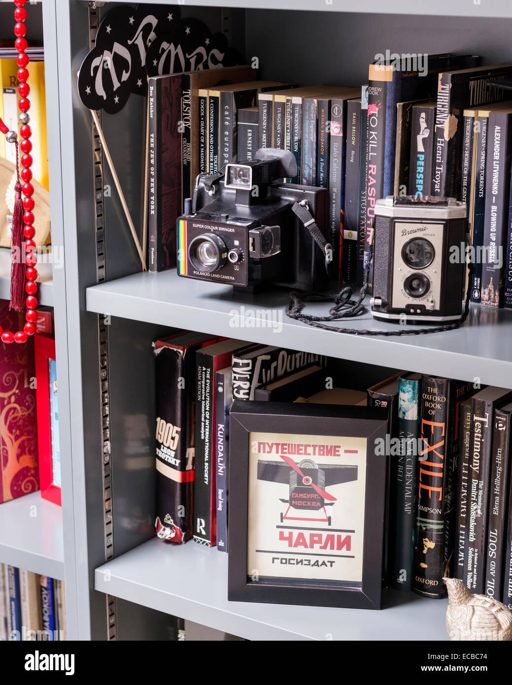 Vintage cameras on bookshelf - Stock Image