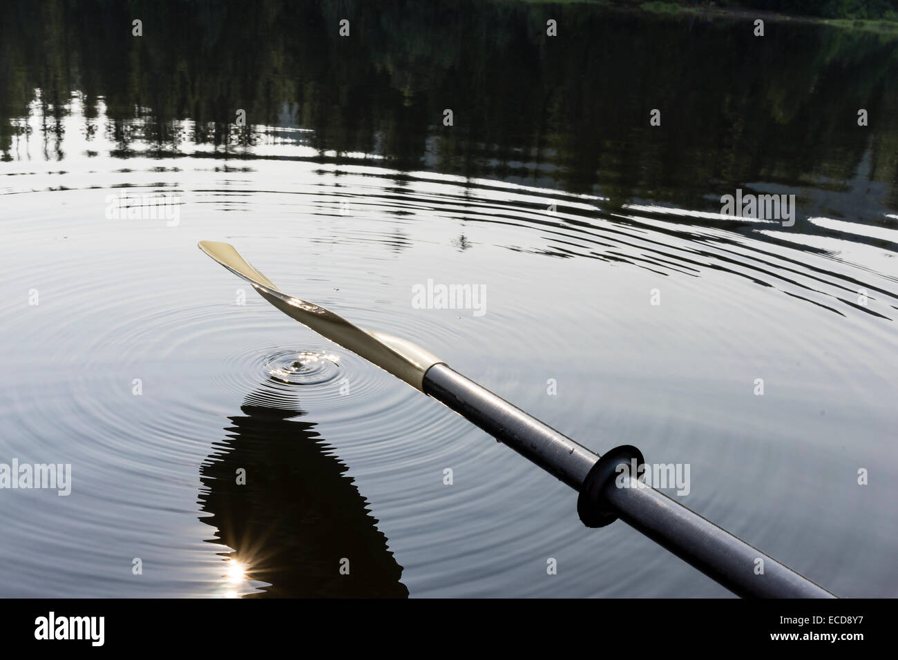 An oar hanging over lake - Stock Image