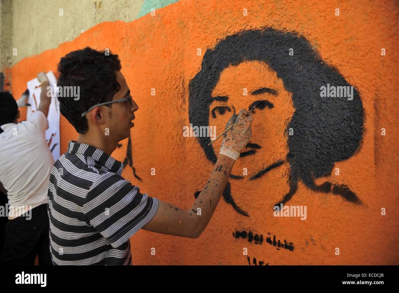 Sanaa. 11th Dec, 2014. A Yemeni activist draws graffiti on a wall in a street in Sanaa, Yemen, on Dec. 11, 2014, - Stock Image