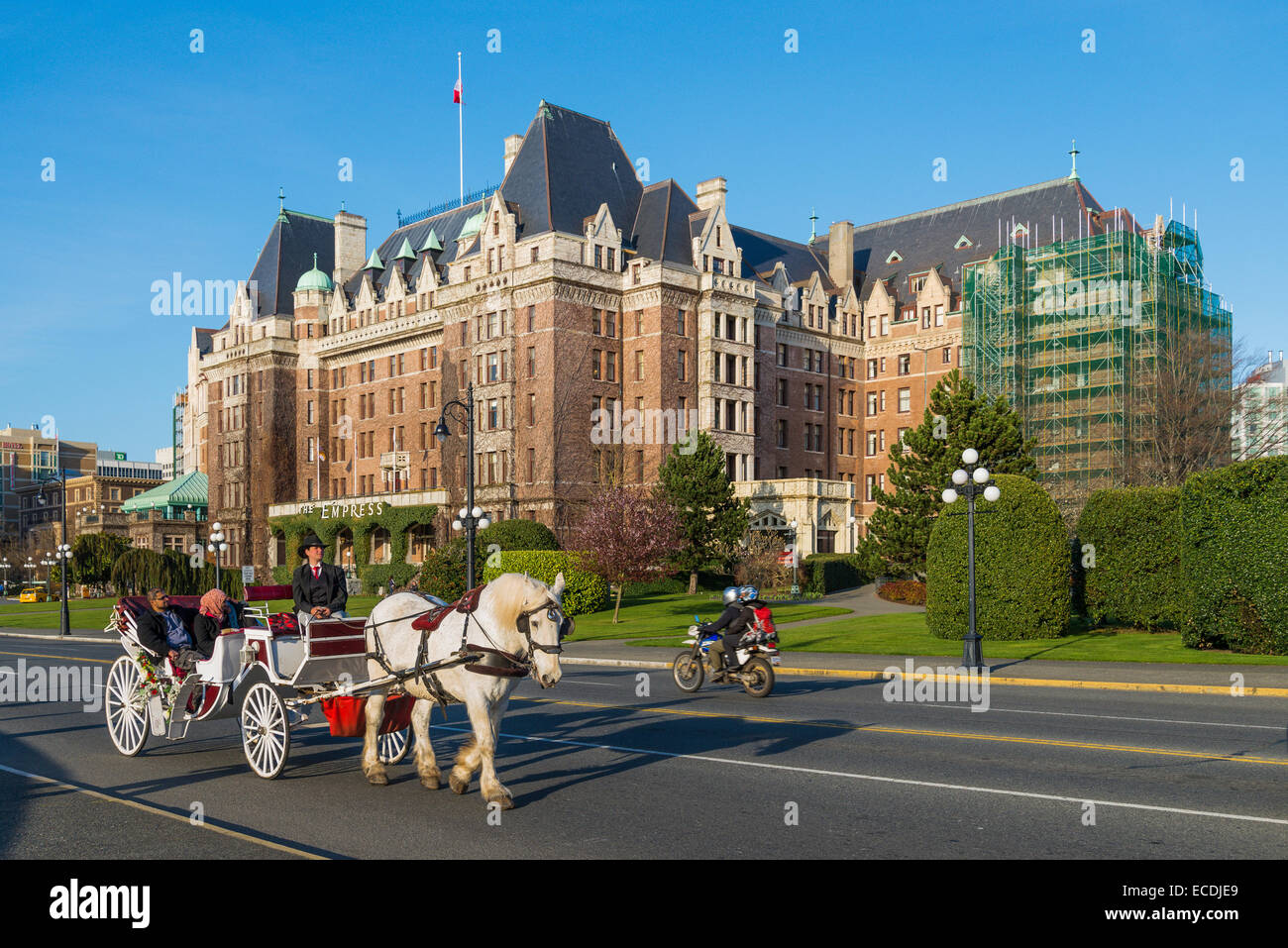 Horse drawn carriage passes by the Fairmont Empress Hotel, Victoria, British Columbia, Canada - Stock Image