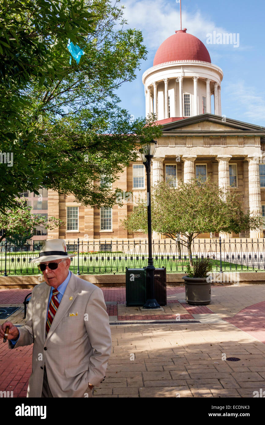 Springfield Illinois downtown historic buildings Old State Capitol Plaza building senior man wearing suit fedora - Stock Image