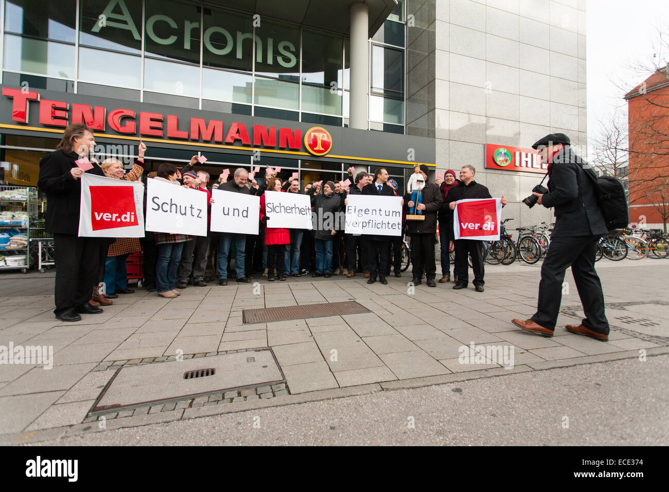 Verdi union members demonstrating outside Tengelmann supermarket in Munich, Germany, hoping to protect their jobs - Stock Image
