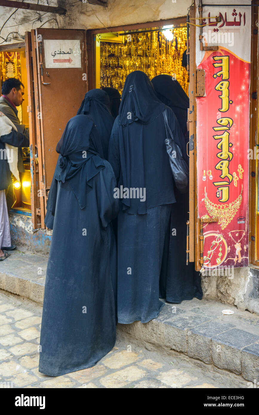 Women shopping at the gold market, Sana'a, Yemen - Stock Image