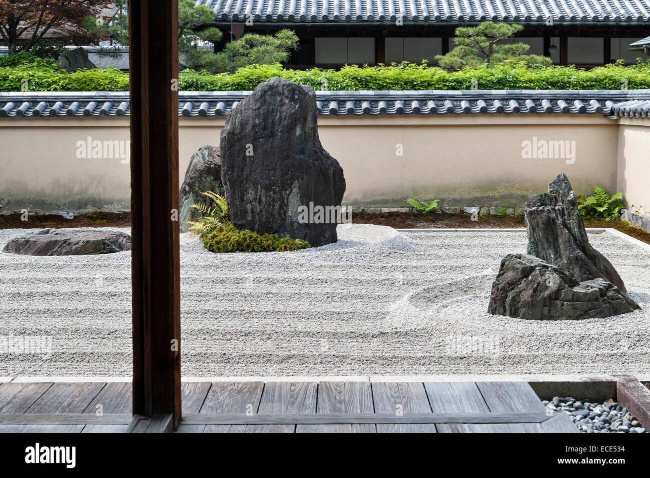 Ryogen-in Temple, Daitoku-ji, Kyoto, Japan. The Mt Horai stone in the Isshidan garden, with the 'crane island' - Stock Image