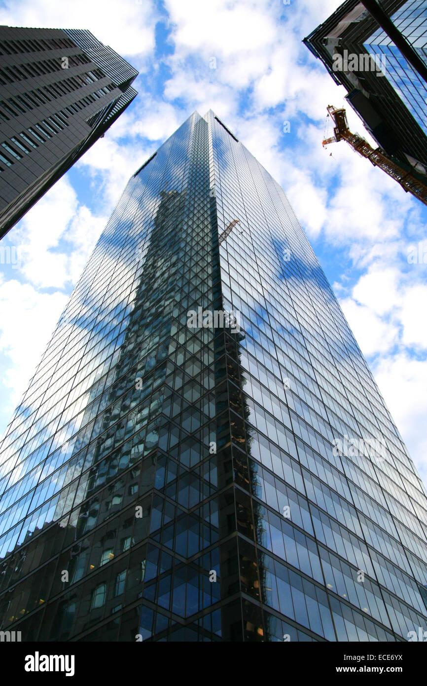 Tower Toronto Ontario Gebaeude Haus Wolkenkratzer hoch hoher Hoehe Blau Himmel Wolken bewoelkt Perspektive Fenster - Stock Image