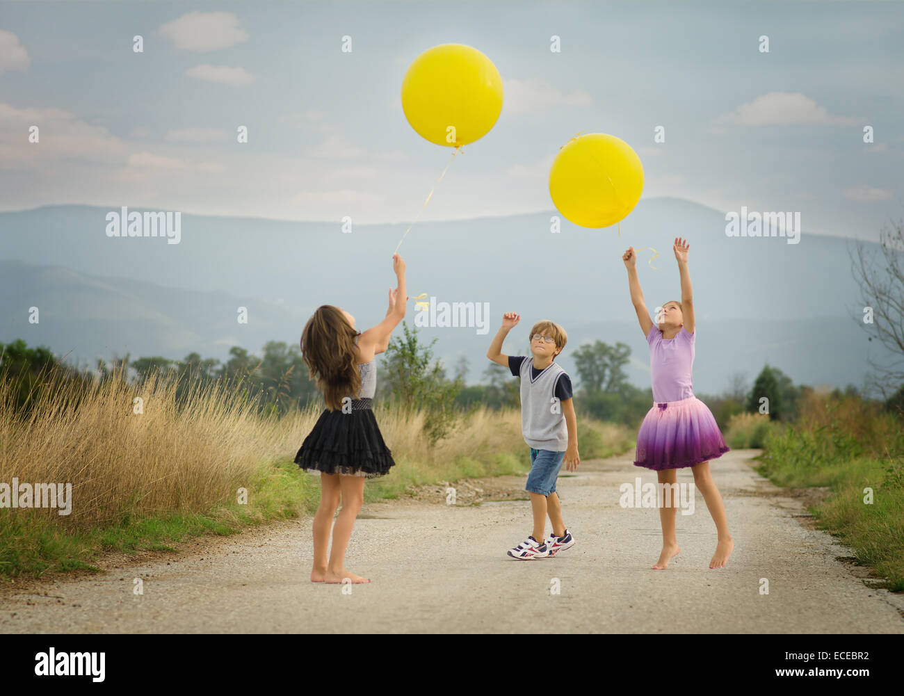 Children (6-7, 8-9) playing with balloons - Stock Image