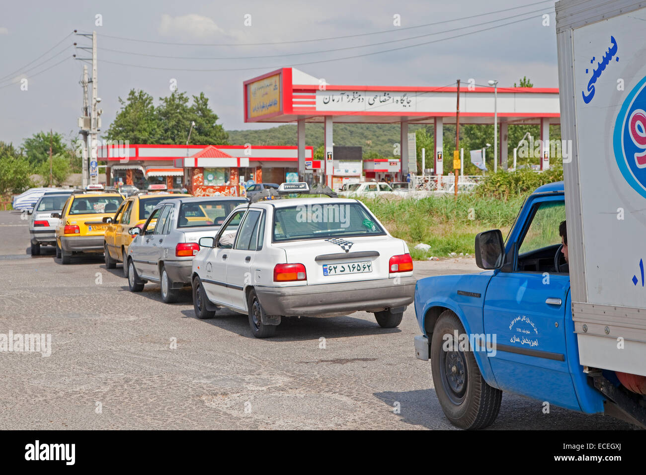 Cars queued up in front of petrol station / service station in Iran - Stock Image