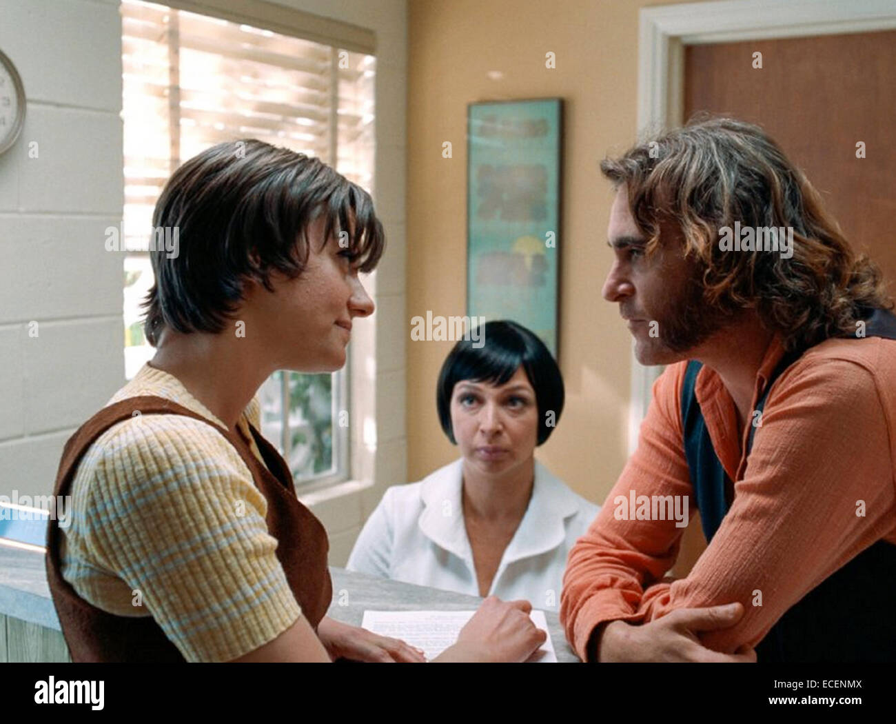 INHERENT VICE 2014 Warner Bros film with Maya Rudolph at left and Joaquin Phoenix - Stock Image