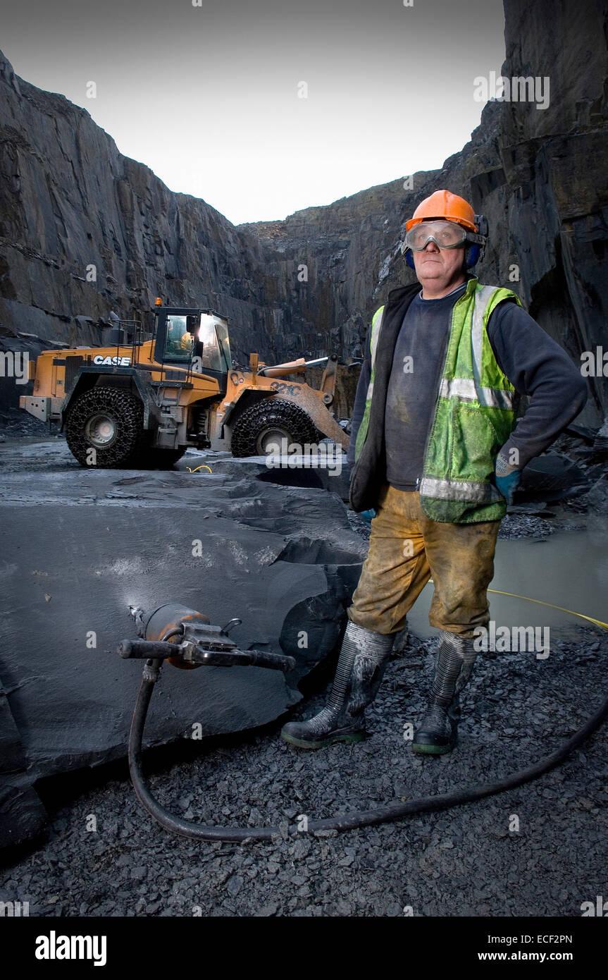 Quarryman Dave Cowerd splits some Kirkby Stone at Burlington Slate ltd in Cumbria, United KIngdom. - Stock Image