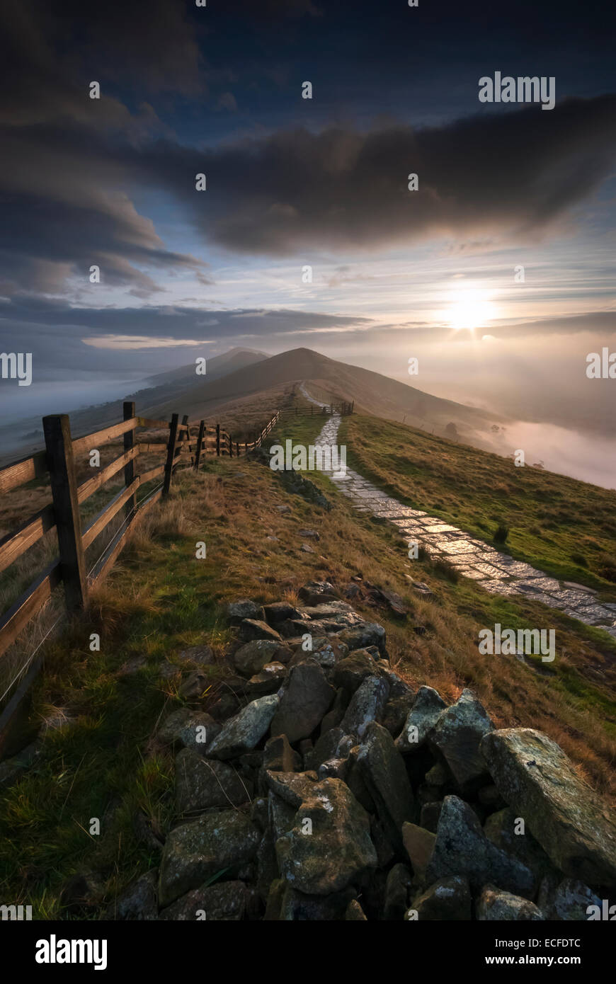 Sunrise Over The Great Ridge, Lose Hill & The Fog Filled Hope Valley, Peak District National Park, Derbyshire, - Stock Image