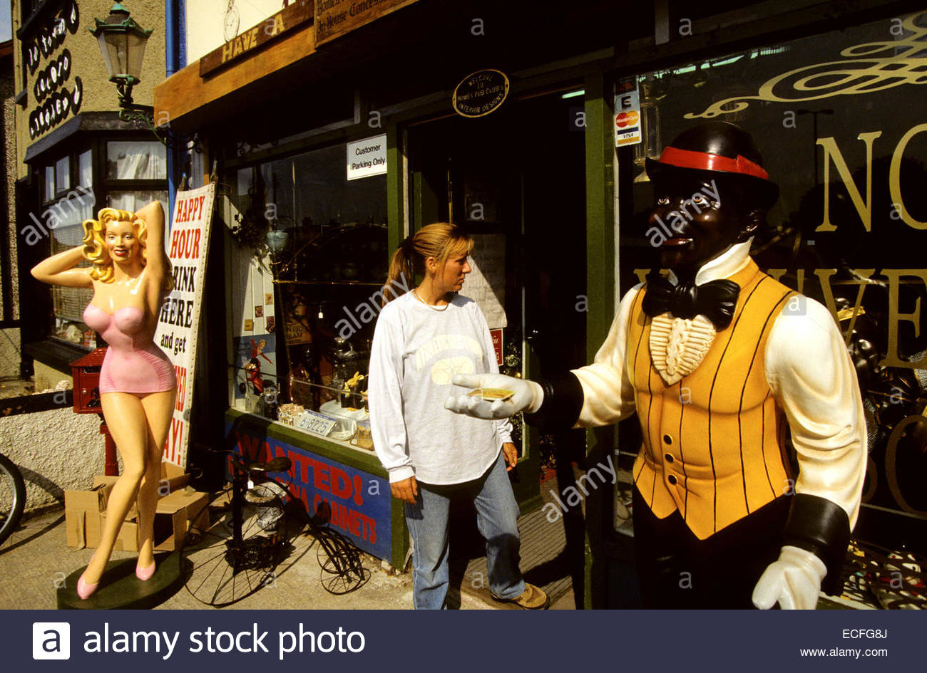 Northern Ireland, Portrush. Tourist in front of antic shop - Stock Image