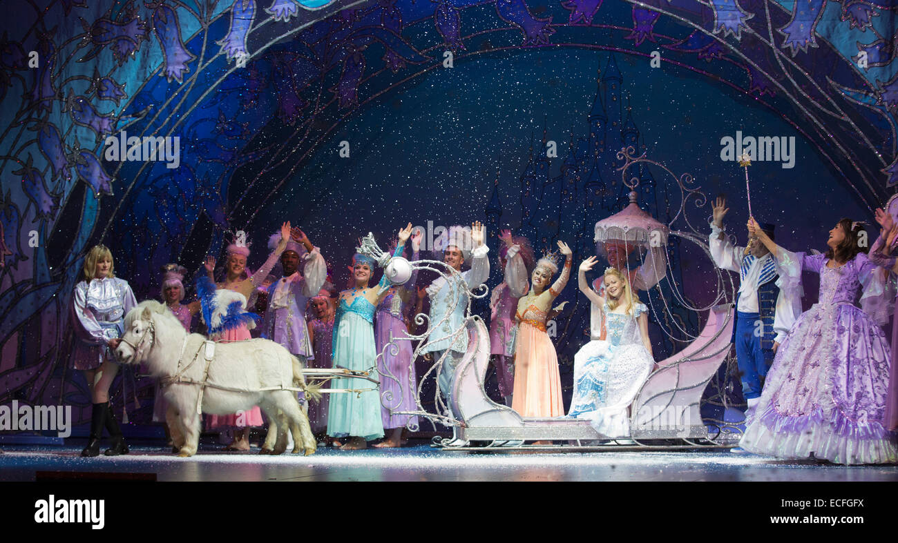 Amy Lennox as Cinderella and Linda Gray as the Fairy Godmother (far right). Dress rehearsal of the pantomime Cinderella - Stock Image