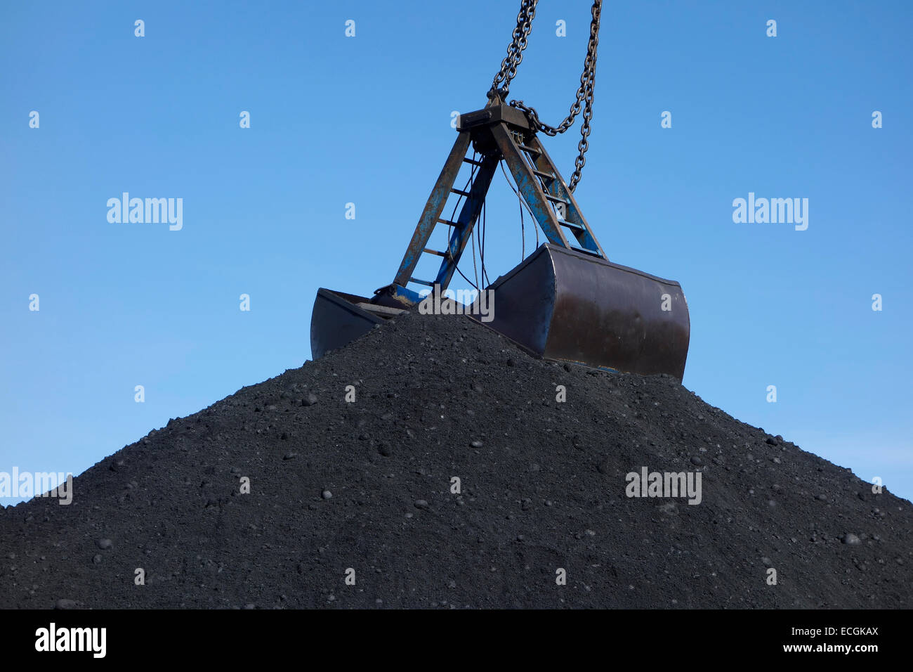 The top of a huge coal pile with clamshell bucket - Stock Image