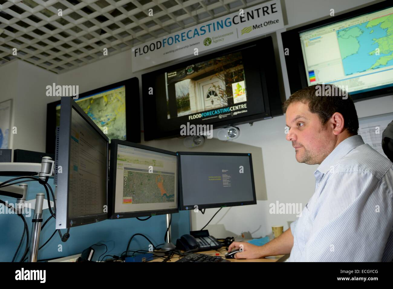 UK Met Office  - Staff working at the joint Environment Agency / Met Office Flood Forecasting Centre - Stock Image