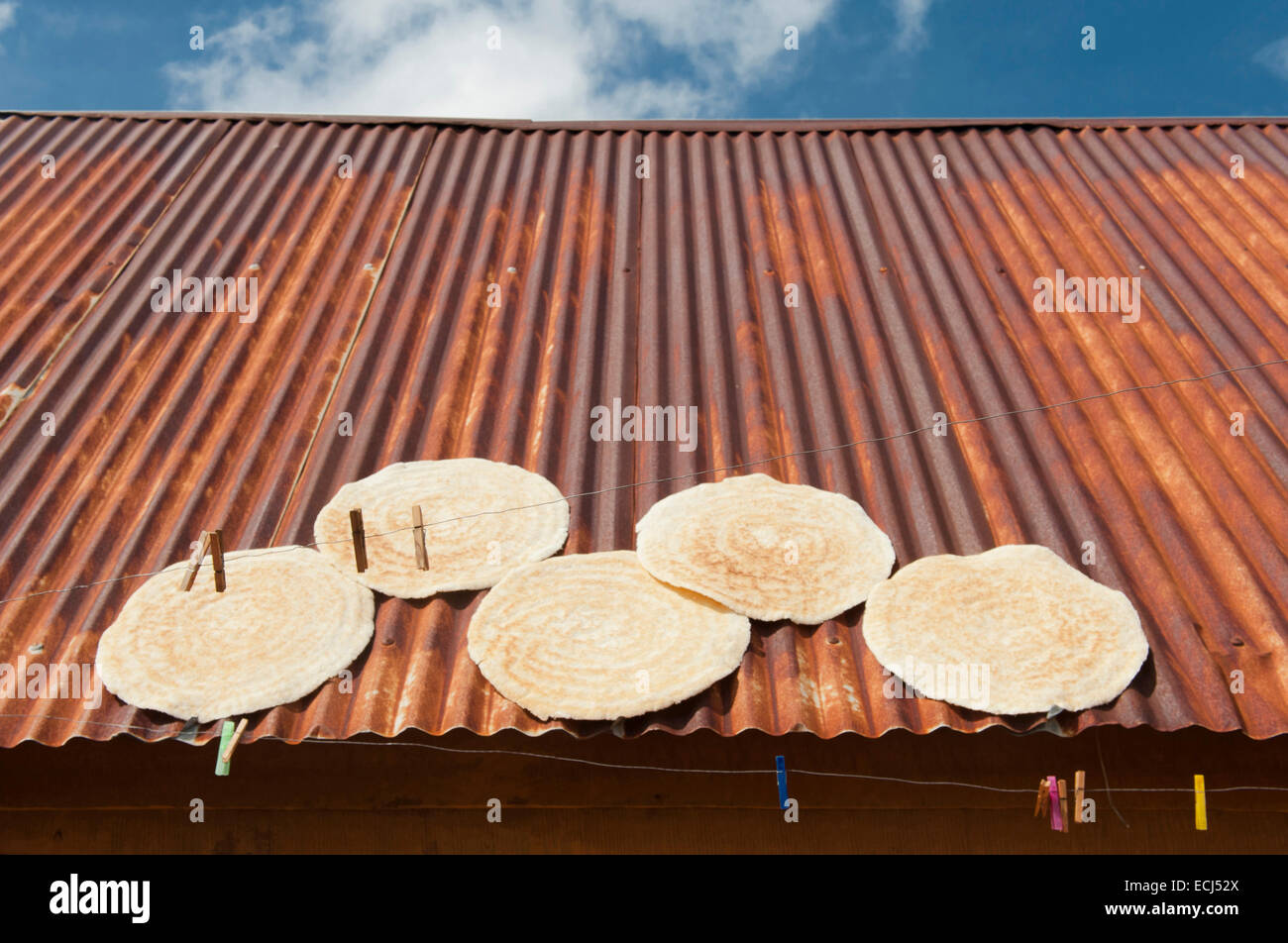 Cassave bread drying on roofs at the Maroon village of Lebi Doti, Lake Brokopondo, Suriname - Stock Image