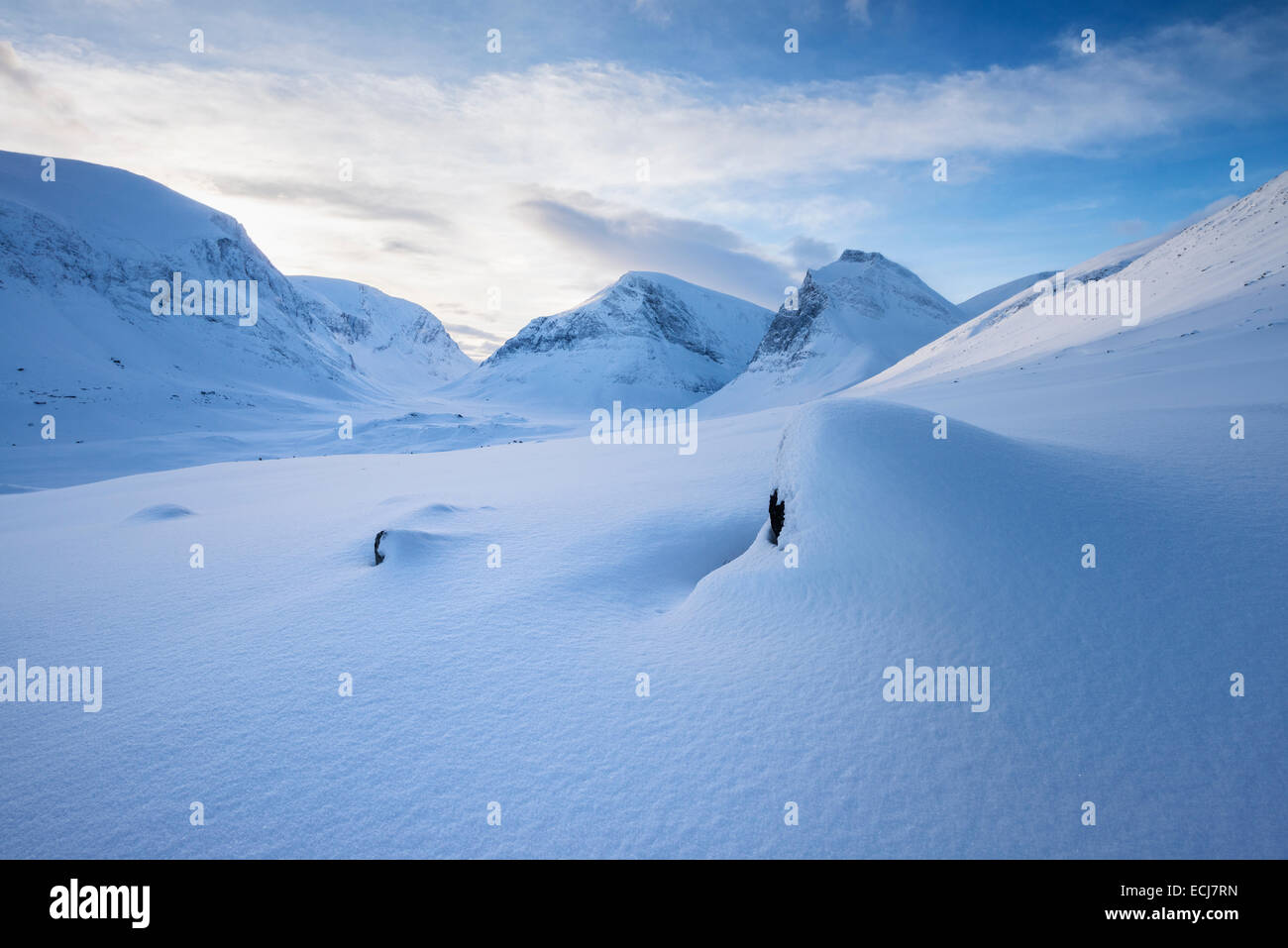 Winter mountain landscape of Ladtjovagge valley viewed from near Kebnekaise Fjällstation, Lapland, Sweden - Stock Image