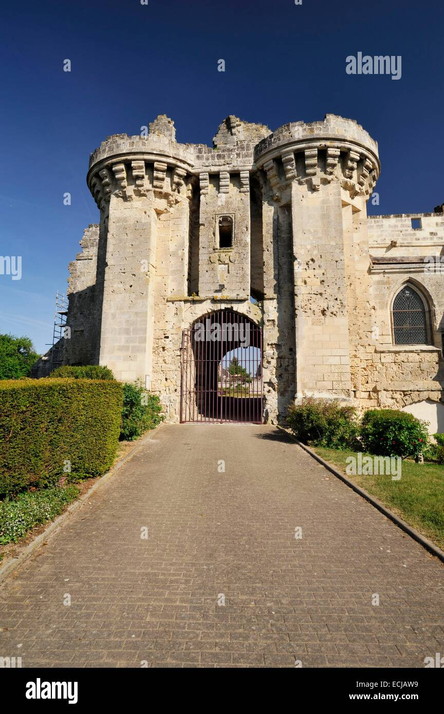 France, Aisne, Berzy le Sec, alley leading to the gate of the castle built in the 13th century and now in ruins - Stock Image