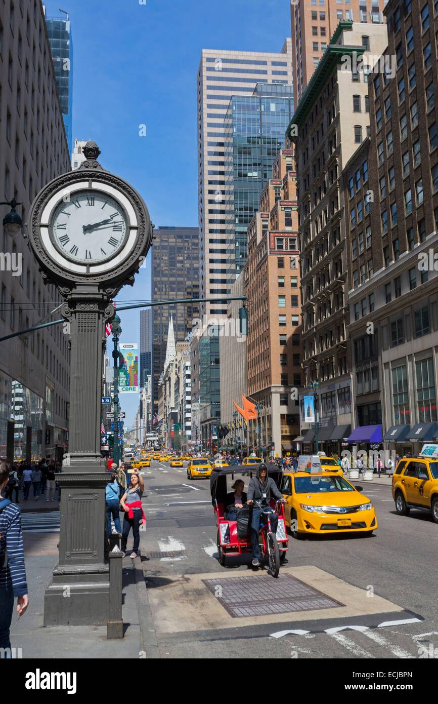 USA, New York, Manhattan, Midtown, 5th Avenue, taxi and bicycle taxi - Stock Image