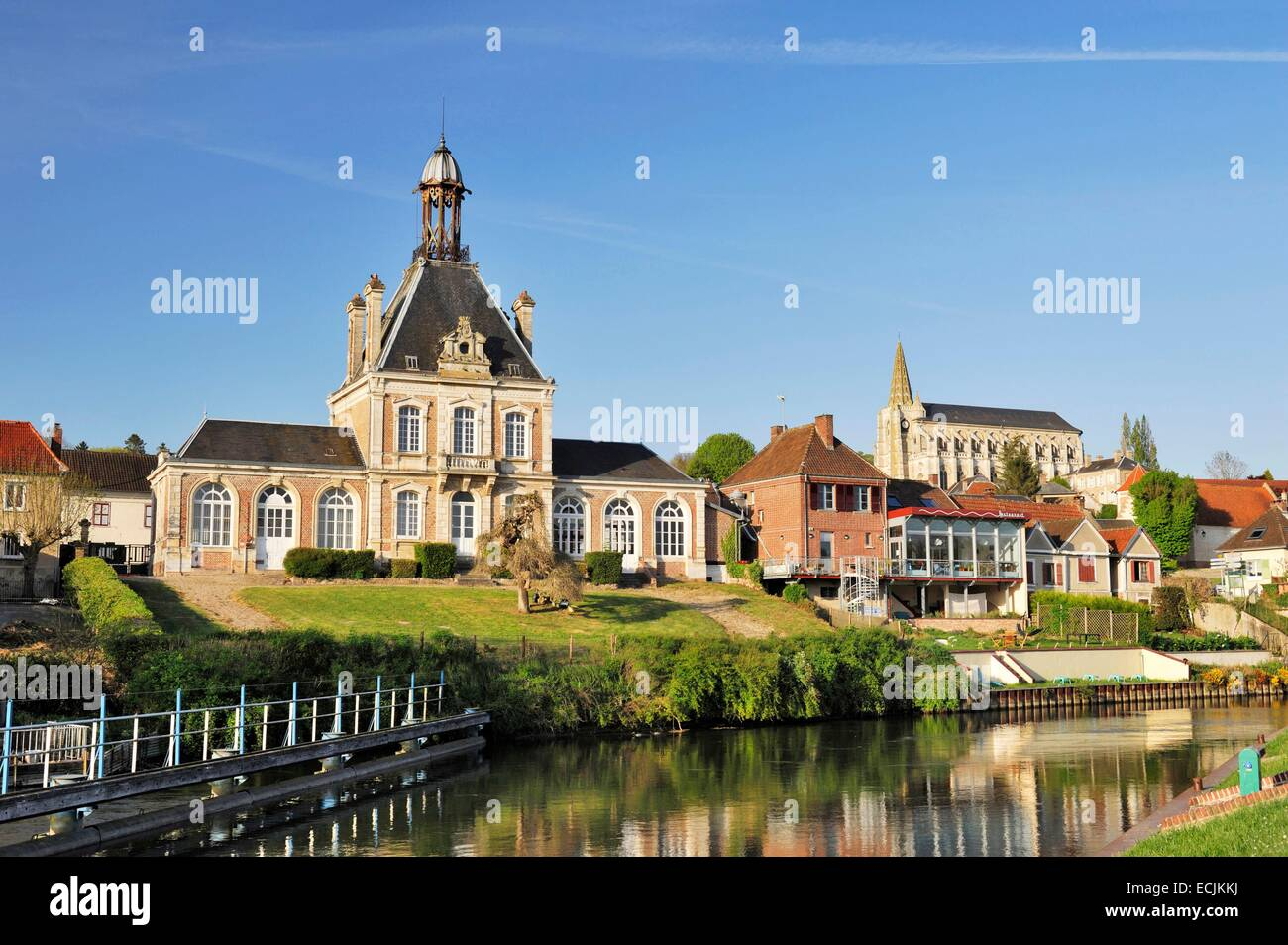 France, Somme, Long, City hall and sluice of the Somme with in the background the church of Saint John the Baptist - Stock Image