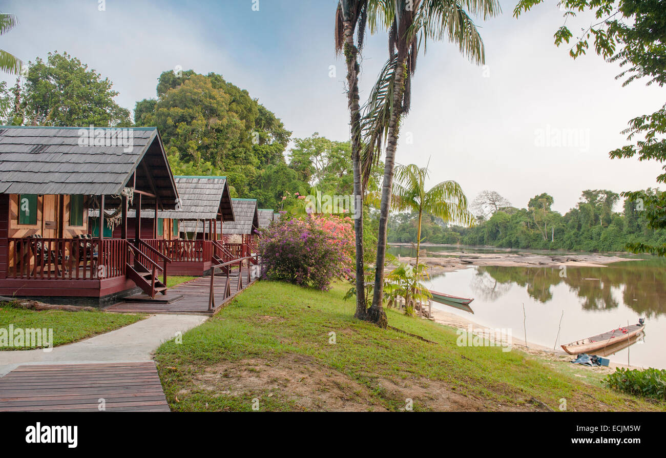 Eco-friendly Danpaati Lodge on the banks of Suriname River with a canoe moored, Upper Suriname, South America - Stock Image
