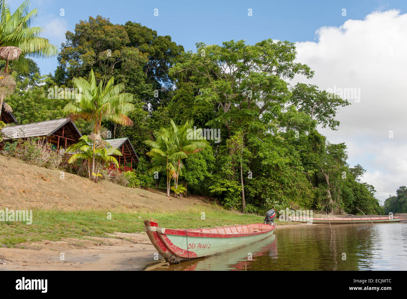 River canoe moored at the banks of Suriname River at Danpaati Lodge, Upper Suriname - Stock Image