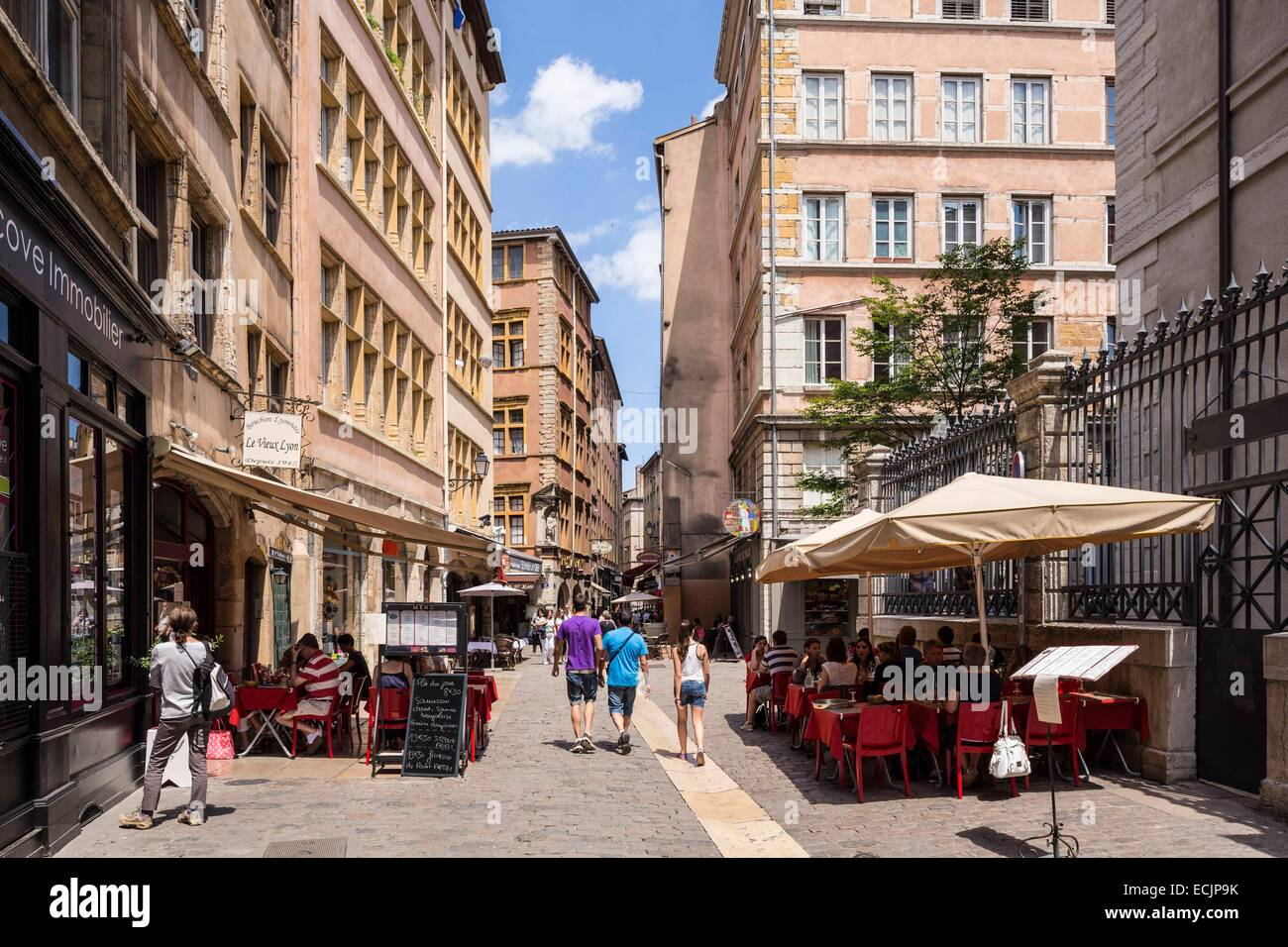 France, Rhône (69), Lyon, alley and apartment buildings in the 12th arrondissement - Stock Image