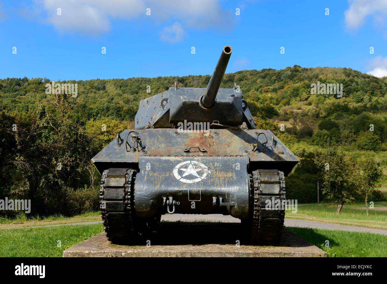 France, Moselle, Veckring, Maginot Line, U.S. tank in front of the hill of the Hackenberg Fortress - Stock Image