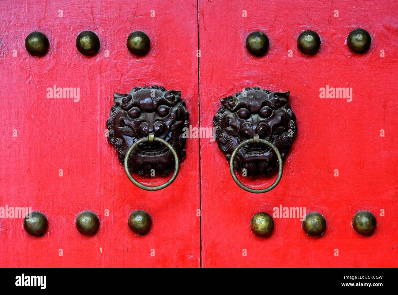 China, Yunnan Province, Lijiang, detail door inside the Mu Palace - Stock Image