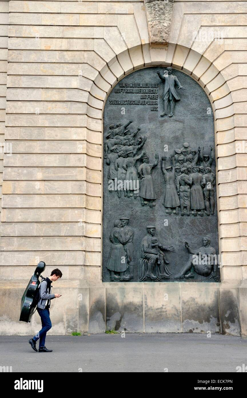Germany, Berlin, Revolutionary relief on the walls of the Hochschule fⁿr Musik Hanns Eisler (Hanns Eisler College - Stock Image