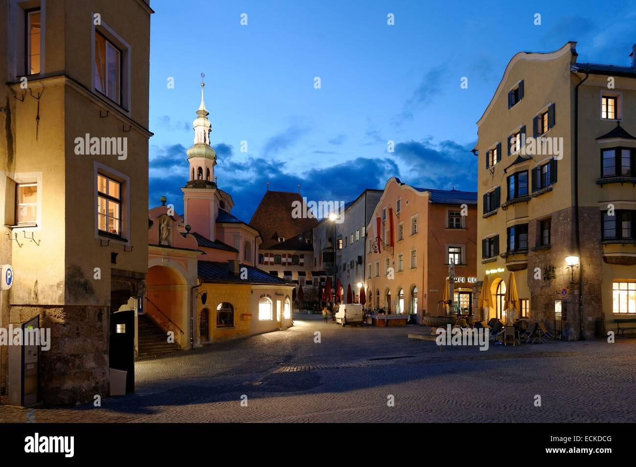 Austria, Tyrol, Hall in Tirol, medieval city, the parish church St Nicolas's Stadtpfarrkirche on the central - Stock Image
